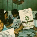 Programa Amigos de la Naturaleza, Centro Artesanal Tatiscu del TEPROCA Cot, pintando los afiches para el primer curso de horticultura orgánica para pequeños productores de la zona norte de Cartago. Diciembre 1990 . Cortesía fotos colección familia Granados Bolaños.