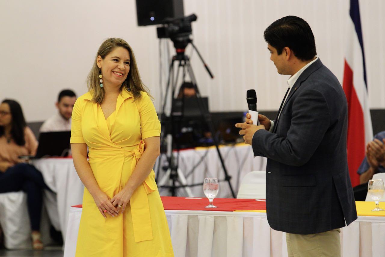 Arquitecta Claudia Dobles Camargo junto a su esposo, Carlos Alvarado Quesada.